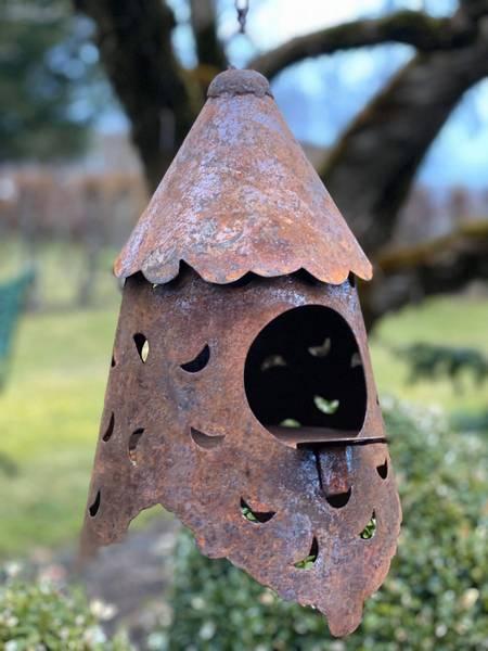 Dekorativt fuglehus i rust
